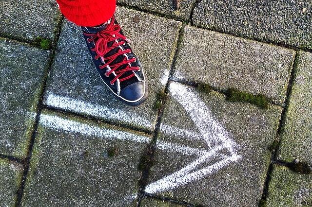 Jak prawidłowo ułożyć kostkę brukową? Układanie kostki brukowej krok po kroku