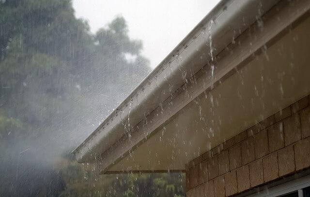 Jak odprowadzić wodę z rynie ? Metody wykorzystania oraz odprowadzania wody deszczowej.