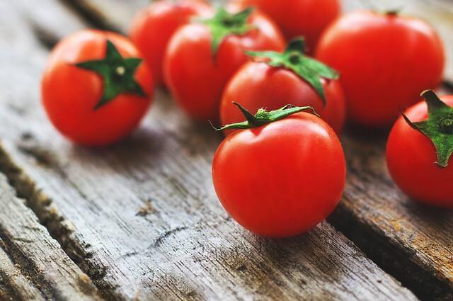 Choroby pomidorów powodujące zwijanie się liści – jak z nimi walczyć?