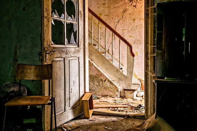 W jaki sposób można odnowić stare drzwi? Renowacja drzwi z szybą