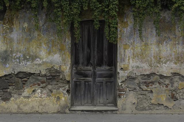 renowacja starych drzwi drewnianych