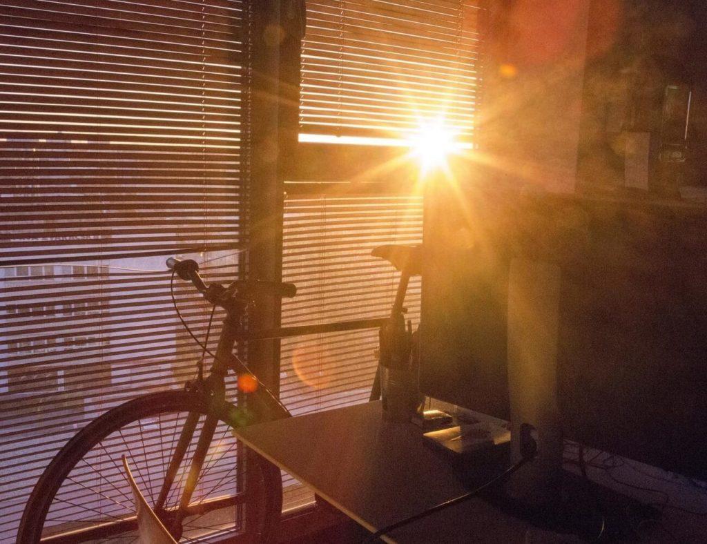 Osłoń się na wiosnę! Doradzamy, jak skutecznie ochronić wnętrza przed nadmiernymi promieniami słońca
